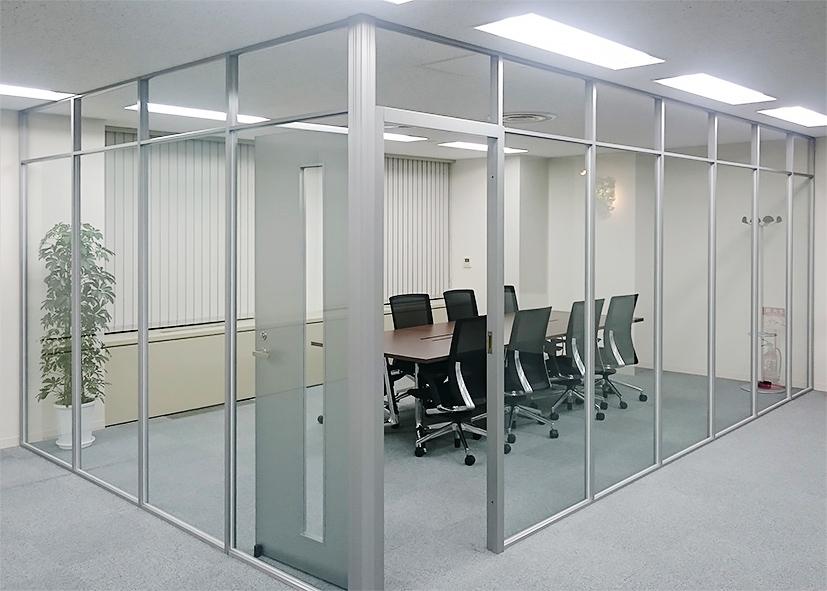 開放的なガラスパーティション