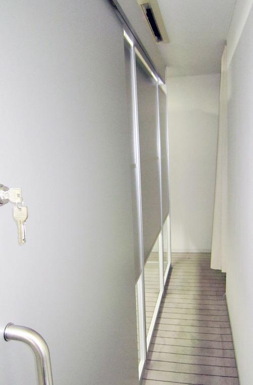 足下とランマに透明ガラスのパーテーション