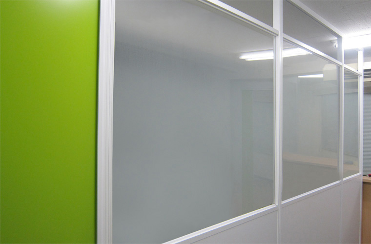 安心・やすらぎをイメージさせるグリーンを使用したパーテーション